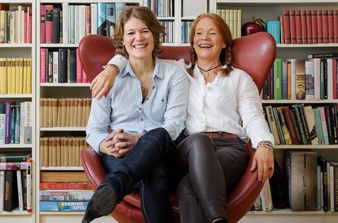 Caroline Karlström, grafisk formgivare och Susanne Hamilton, förlagschef på Bokförlaget Langenskiölds.